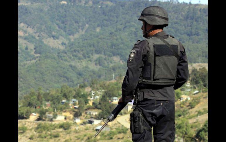 Un policía vigila en la región triqui. La violencia en la zona a lo largo 4543d9d84b1