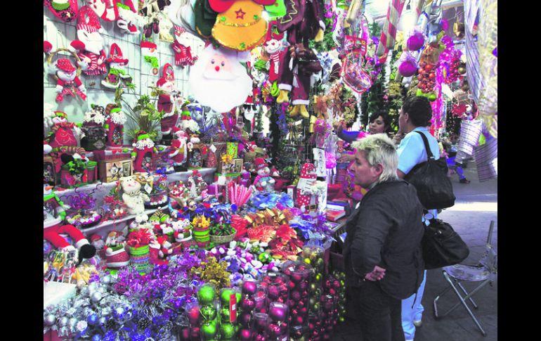 461b3c9c9db A la baja. Los comerciantes de artículos navideños venden menos que en  temporadas anteriores.