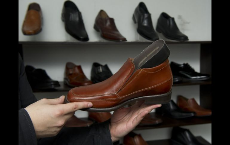 08295003 El calzado especial puede aumentar la estatura hasta 7 centímetros gracias  a una plataforma oculta.