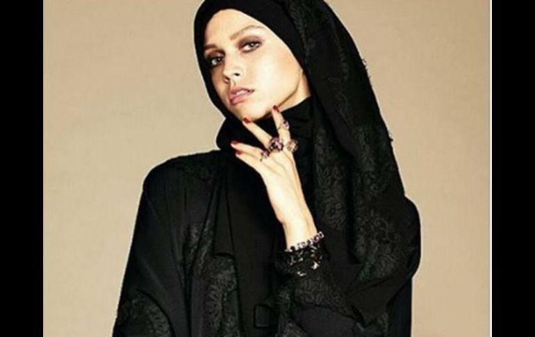 9f0a4c51af 'Abaya' es el nombre de las túnicas oscuras que visten las mujeres  musulmanas.