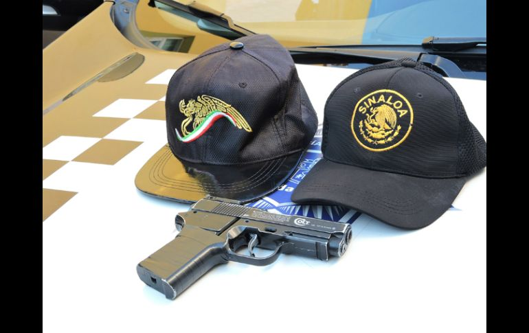 Elementos les aseguraron un arma de fuego y dos gorras con el Escudo  Nacional. ESPECIAL 16d32384ad3