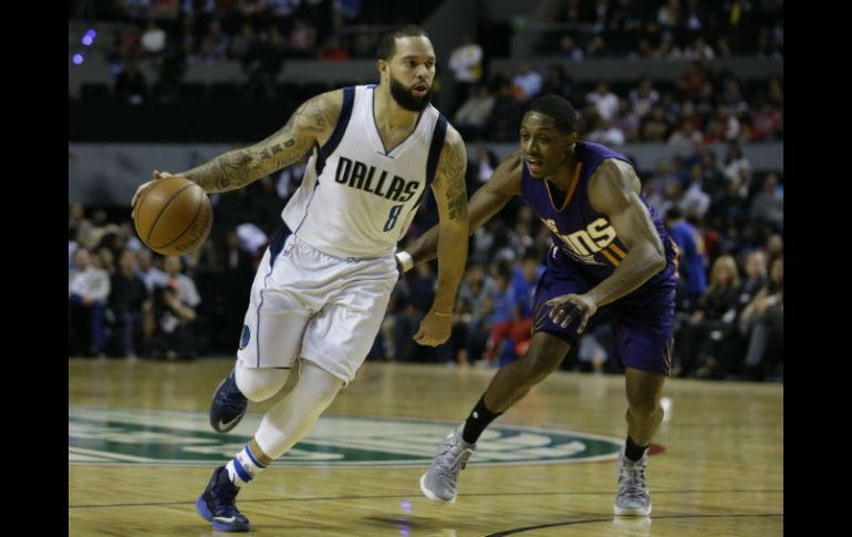 Deron Williams, de Mavericks, conduce el balón bajo la marca de Brandon Knight. AP / R. Blakwell