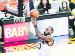 Imparable. LeBron James (#23) superó a Kareem Abdul-Jabbar entre los máximos anotadores en Playoffs. AFP /