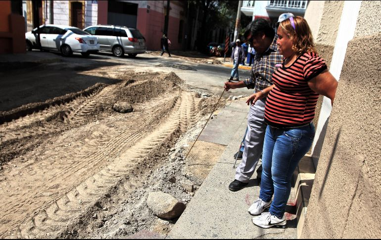 Una pareja de invidentes intenta cruzar la calle Manuel Acuña, que se encuentra en reparación. EL INFORMADOR/E. Barrera