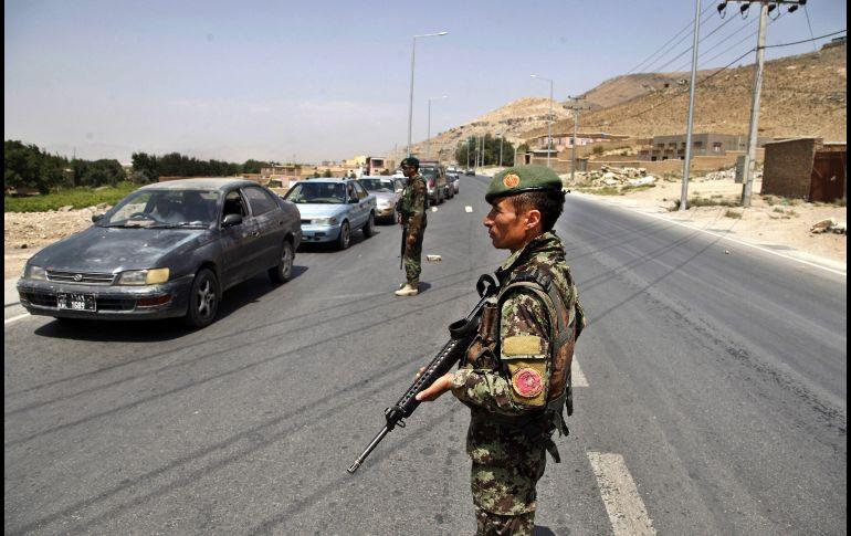 Al menos 13 policías mueren en atentados en Afganistán