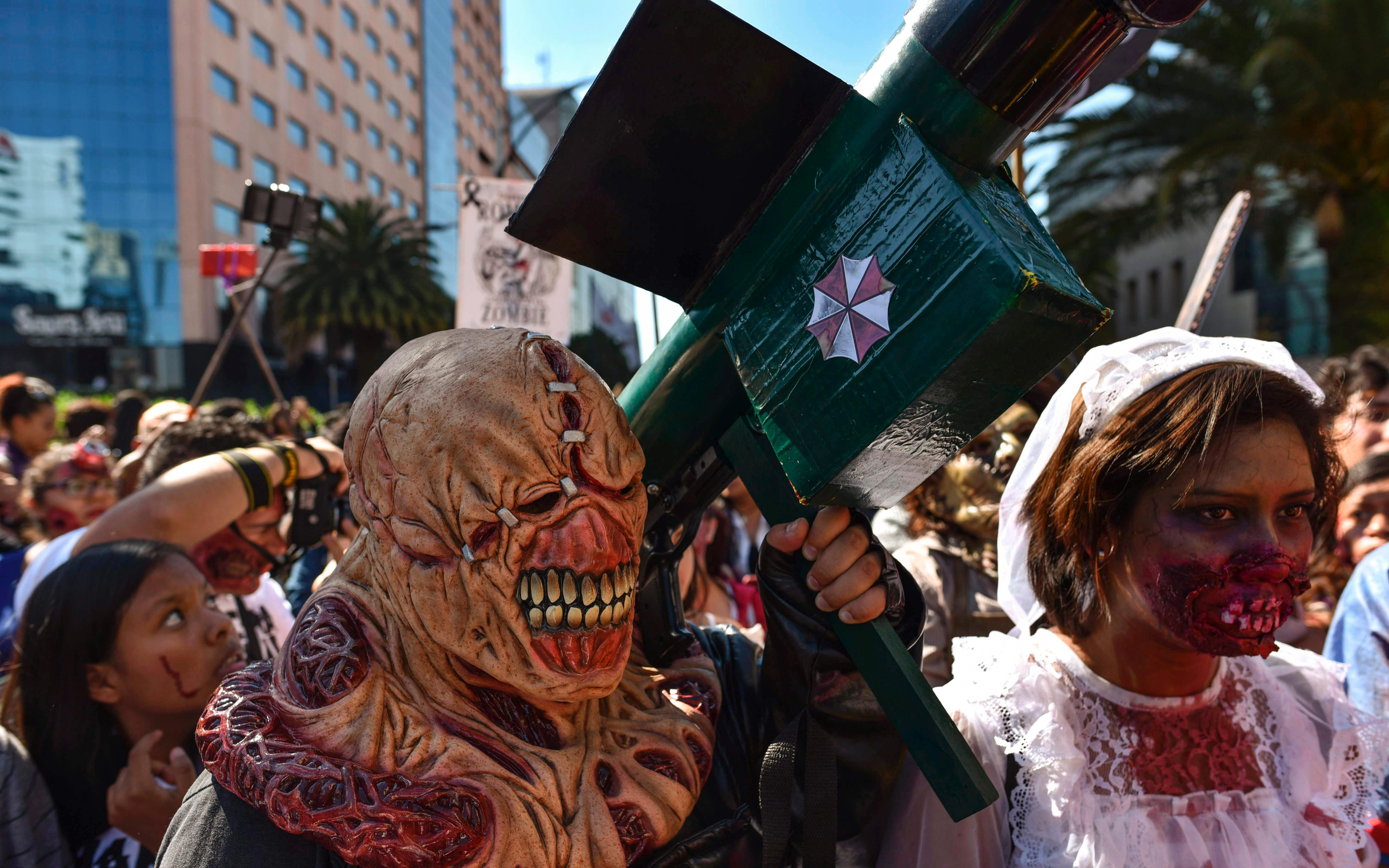 zombies arrastran sus cuerpos en cdmx en pro de damnificados