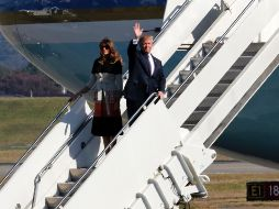 Trump y su esposa descienden del Air Force Once a su llegada a Japón. AP/E. Hoshinko