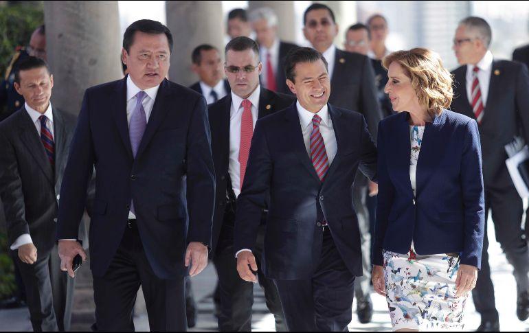 El secretario de Gobernación, Miguel Ángel Osorio Chong; el Presidente Enrique Peña Nieto, y la activista María Elena Morera. SUN/I. Stephens