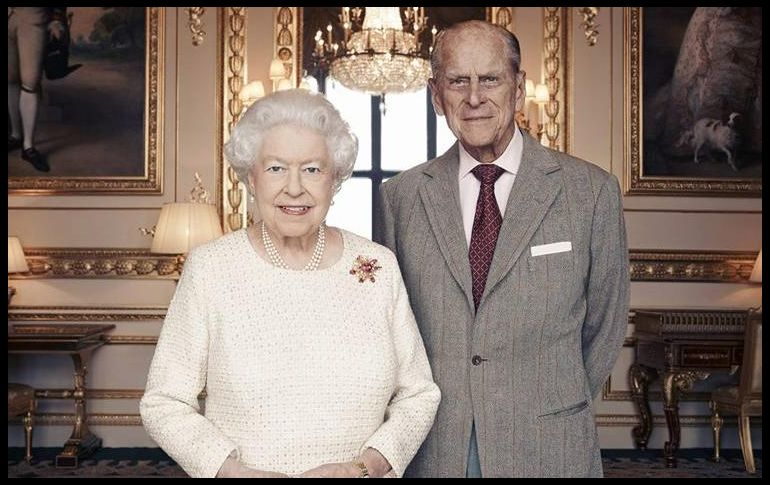 Reyes de Inglaterra se visten de platino; celebran 70 aniversario