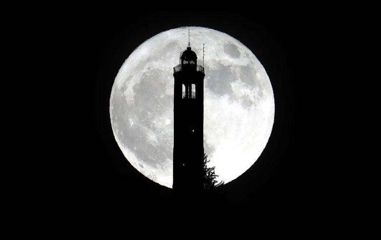 Vista junto al faro de San Maurizio en Brunate, Italia. El satélite parece hasta un 14% más grande en su diámetro y alrededor de 30% más brillante que una Luna llena normal.