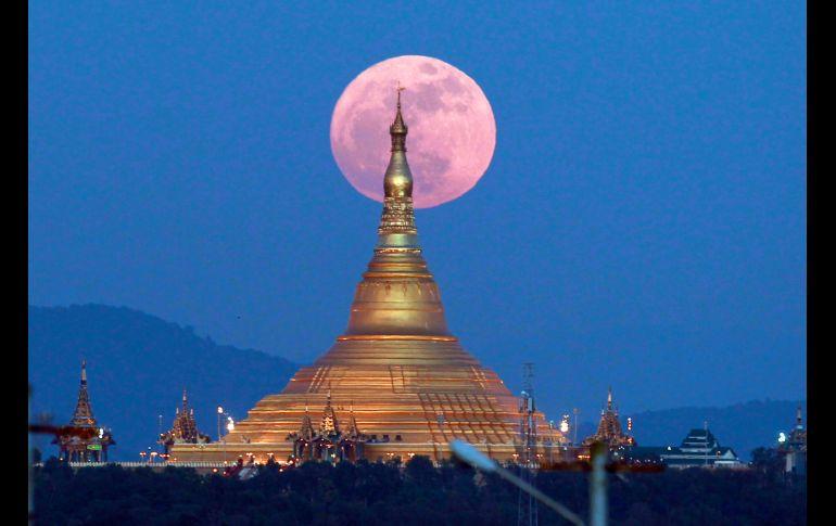 Vista desde la pagoda Uppatasanti en Naypyitaw, Birmania.