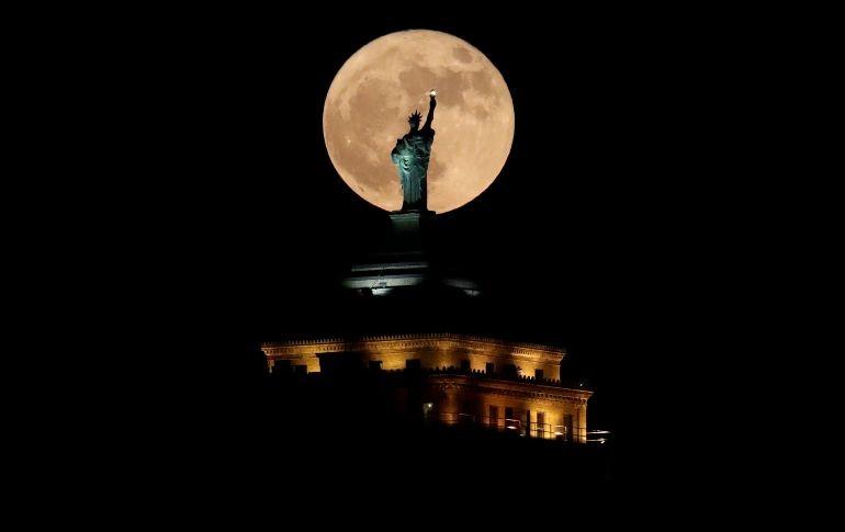 Frente a una réplica de la Estatua de la Libertad en el edificio Libertad en la ciudad estadounidense de Buffalo.