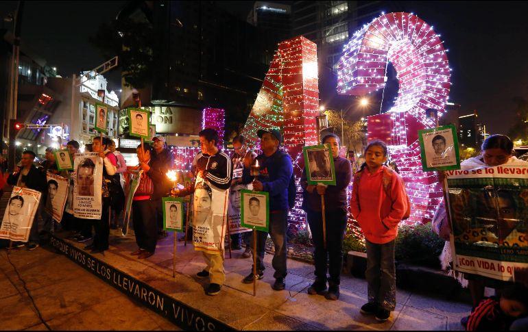 Queman árbol de Navidad que conmemoraba a los 43 normalistas