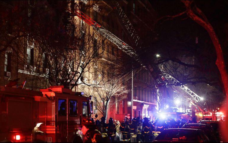 Incendio de magnitud deja 12 muertos en edificio de Nueva York