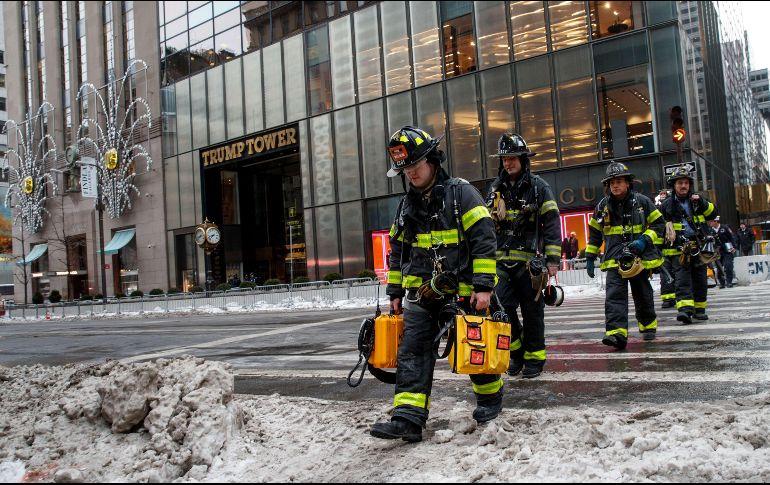 Bomberos de NY dejan el edificio luego de extinguir el fuego registrado. AFP / D. Angerer