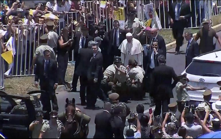 Papa Francisco casó por primera vez a una pareja en un avión
