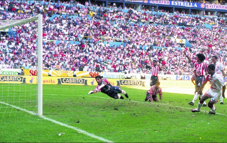 Sergio Vázquez (derecha) puso el último clavo en el ataúd rojiblanco. El  Jalisco 01c24764dab