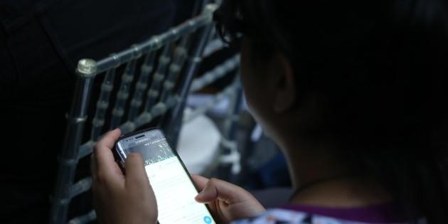 Jóvenes que pasan más tiempo en celular, los más infelices