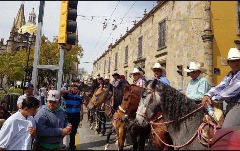 Algunos manifestantes recorrieron el trayecto de La Minerva hasta Plaza Liberación a caballo. EL INFORMADOR/N. MARTÍN DEL CAMPO