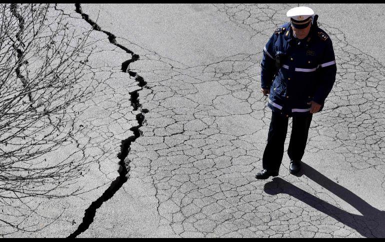 Socavón se 'traga' seis autos — Roma