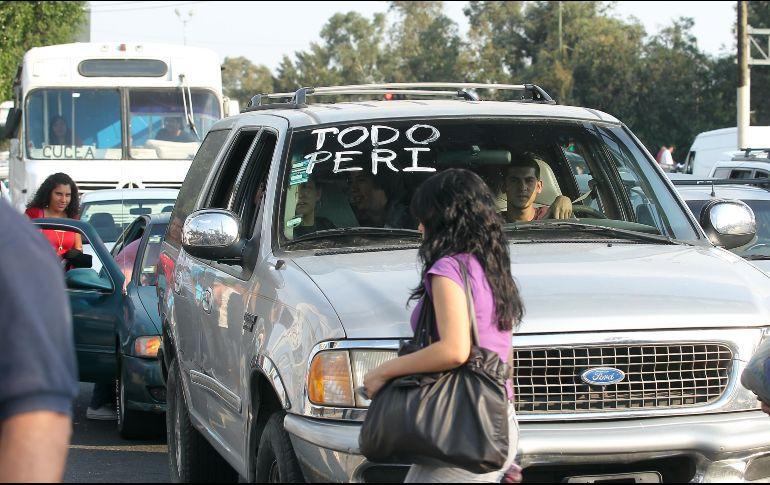 También se pide auxiliar a quienes se encuentran detenidos en paradas del transporte público ofreciéndoles un espacio en sus automóviles con la finalidad de que todos lleguen a su destino. EL INFORMADOR / ARCHIVO
