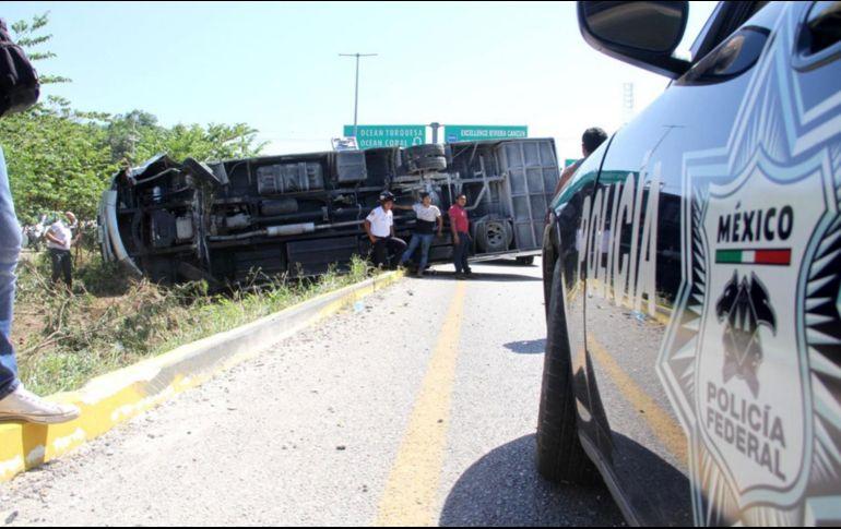 Vuelca autobús con 18 franceses en carretera de Cancún