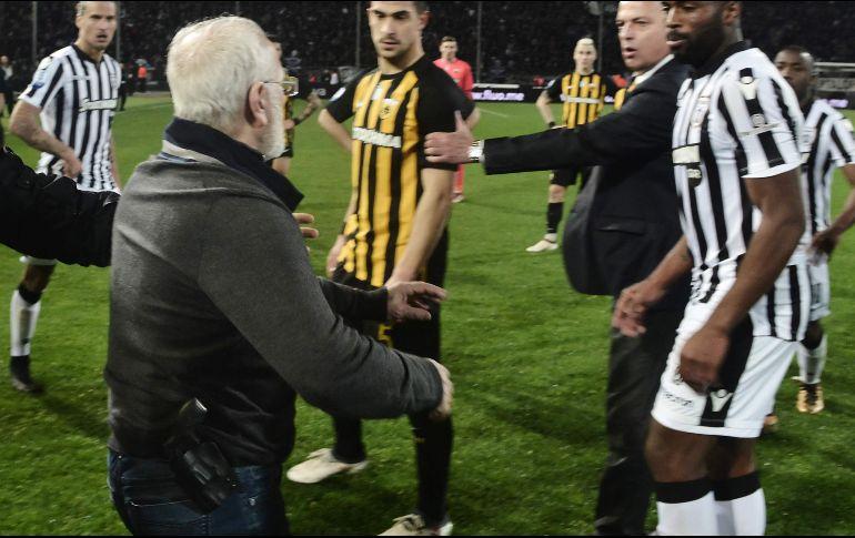 Suspenden a dueño armado del PAOK y castigan al equipo