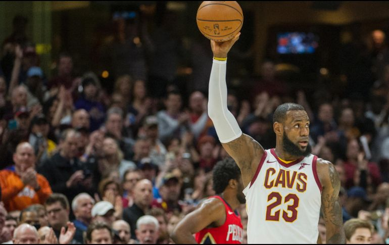 LeBron James supera récord de Michael Jordan