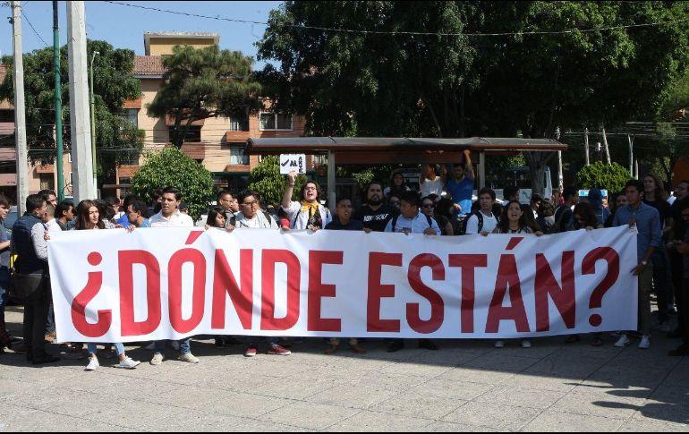 Alrededor de cien jóvenes se manifiestan a las fueras de la Expo Guadalajara para exigir justicia. EL INFORMADOR / A. Camacho