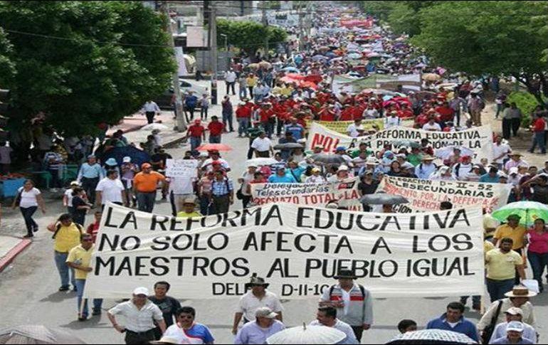 CNTE realiza paro y bloqueos de carreteras en Oaxaca