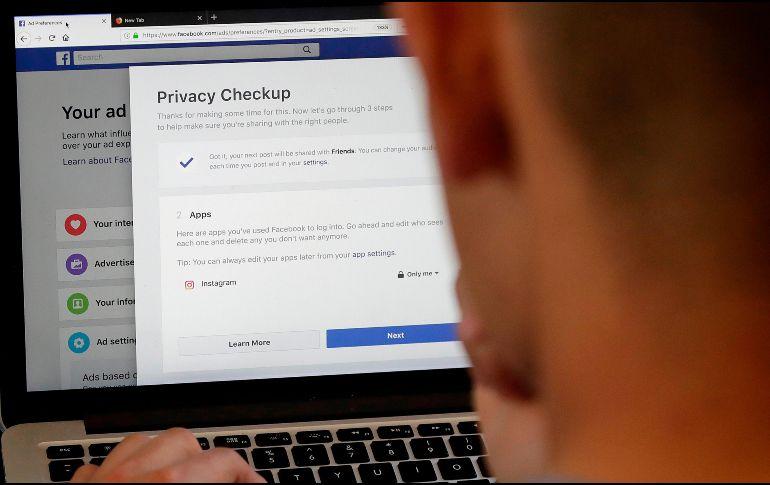 La compañía comenzó a informar este día a los usuarios cuya información quedó comprometida debido al escándalo de privacidad de Cambridge Analytica. AP / ARCHIVO