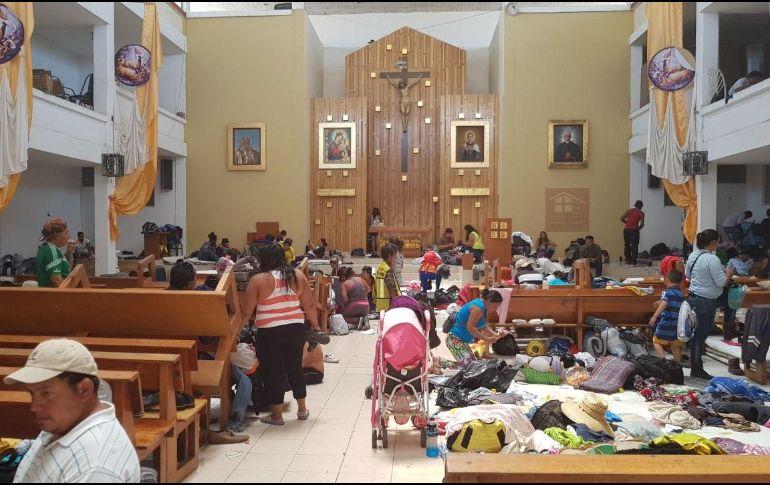 Este miércoles el templo satisfizo las necesidades de los 650 migrantes que ya no cupieron en el albergue. EL INFORMADOR / S. Blanco