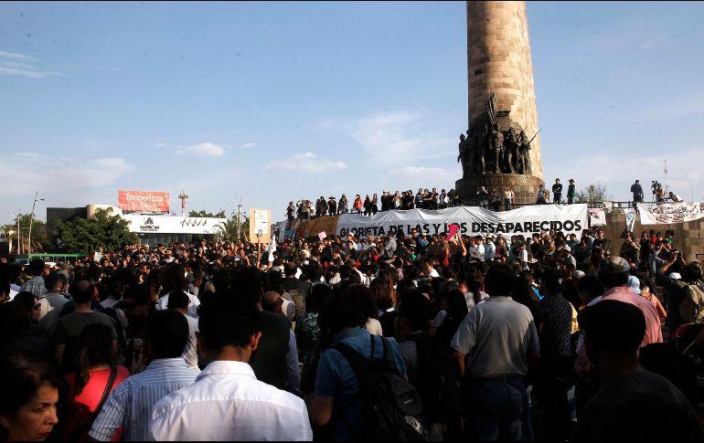 """Cientos de personas volvieron a manifestarse para exigir justicia para los estudiantes asesinados y que las investigaciones no estén basadas en """"suposiciones"""". EL INFORMADOR/M. Vargas"""