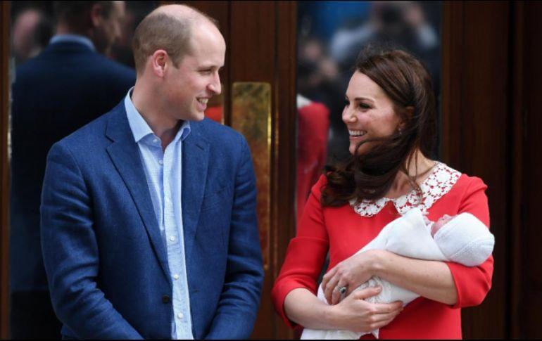 El príncipe Guillermo firma el certificado de nacimiento de su ...