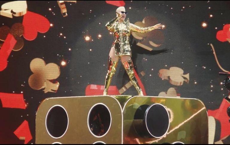 Seis músicos, dos coristas y ocho bailarinas acompañaron a la cantante. EL INFORMADOR/A. Camacho