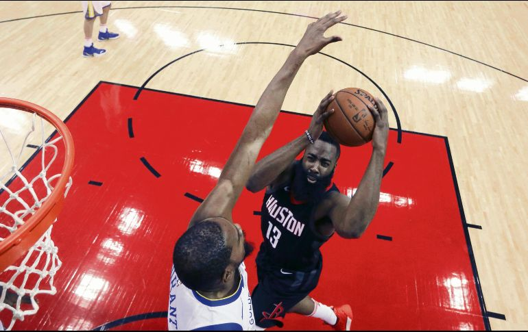 Las figuras. Kevin Durant y James Harden (#13) fueron los líderes anotadores de sus respectivos equipos, Warriors de Golden State y Rockets de Houston. AP