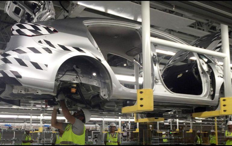 Según Bloomberg, el Gobierno de Trump estudia imponer aranceles del 25 % a los automóviles importados. NTX / ARCHIVO