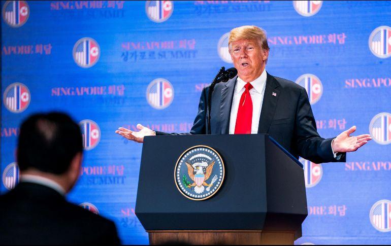 Donald Trump da una rueda de prensa tras mantener una histórica cumbre con el líder norcoreano Kim Jong-un en el hotel Capella. EFE  J. Scalzo