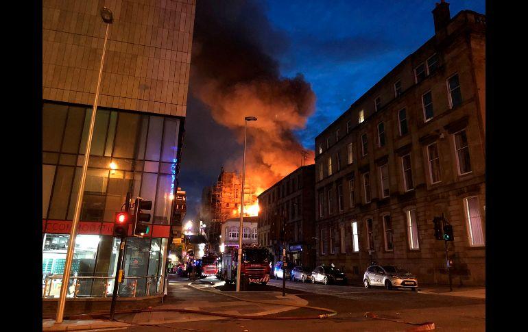 Escuela de Arte de Glasgow es devorada por el fuego