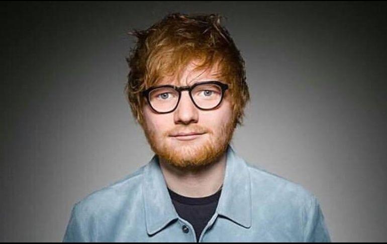 Ed Sheeran dona una cabeza de Lego hecha por él