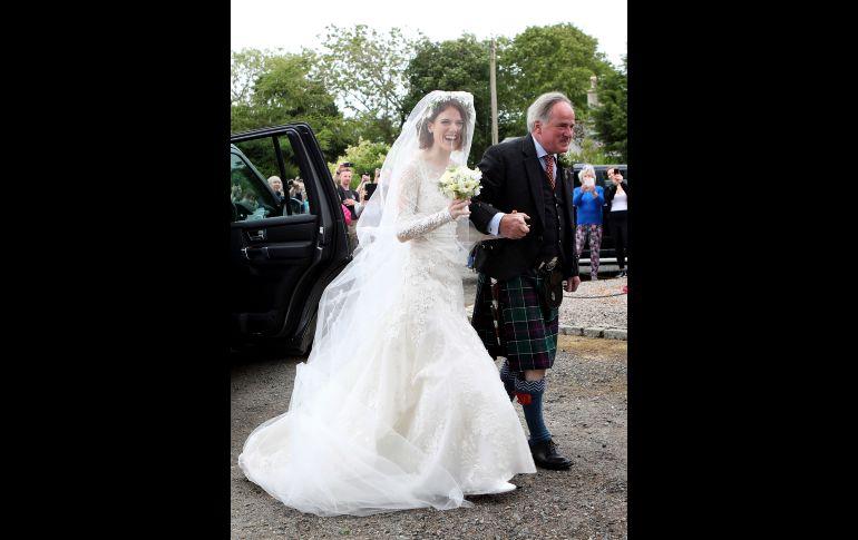 Rose Leslie llegó con su padre Sebastian al templo en Kirkton of Rayne, Escocia. Los actores, ambos británicos de 31 años de edad, se conocieron durante la filmación de la serie en 2012 en Islandia.