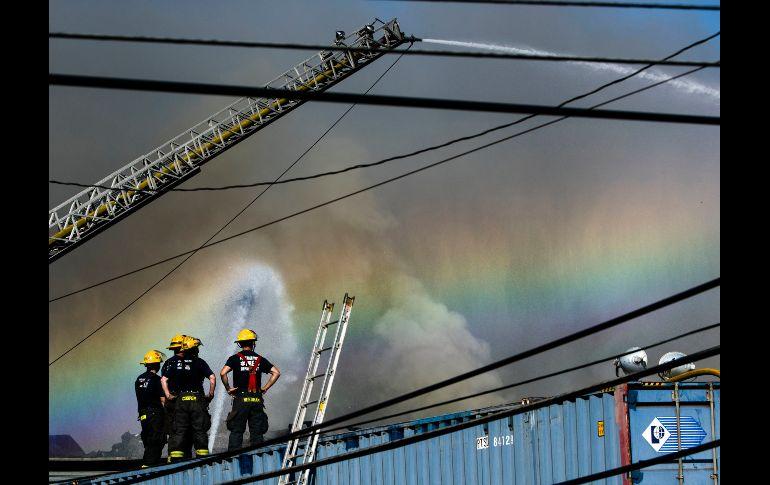 Autoridades combaten un incendio en un basurero en Filadelfia, el cual se desató anoche y arrojó columnas de humo visibles a kilómetros de distancia. AP/M. Rourke