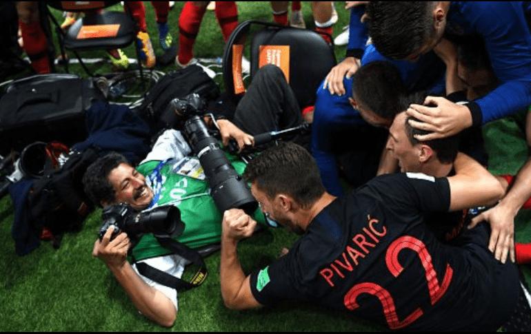 Jugadores de Croacia celebraron segundo gol... hasta con el fotógrafo