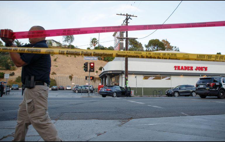 Sospechoso de tiroteo se atrinchera en supermercado en Los Ángeles