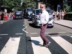 Paul McCartney posó en Abbey Road a 49 años de que lo recorriera con sus compañeros de los Beatles. INSTAGRAM@paulmccartney