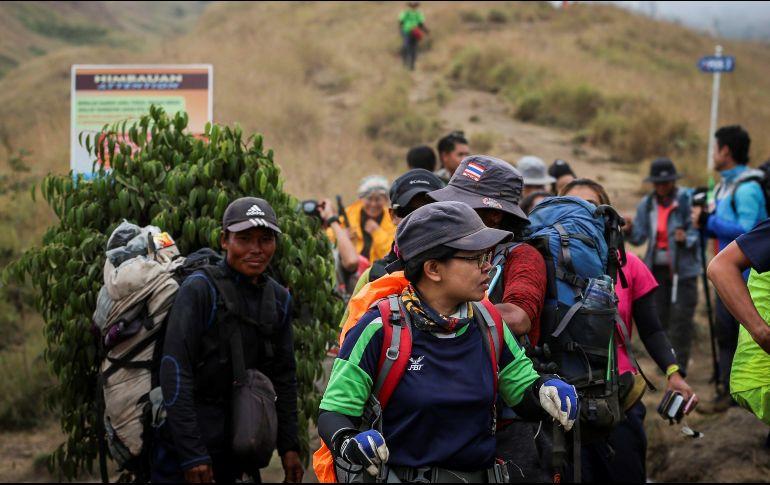 Rescatan a 543 excursionistas en volcán de Indonesia