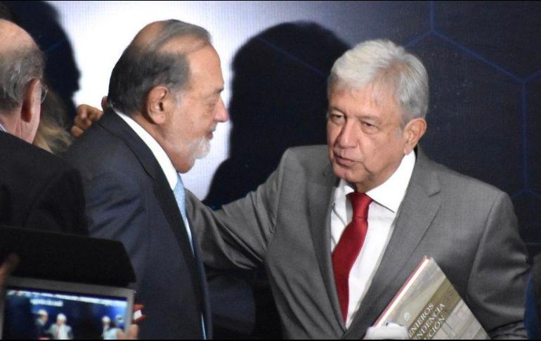 El político de Tabasco y Slim se dan la mano y el primero le da dos palmadas en la espada lo que provoca aplausos de los asistentes. ESPECIAL