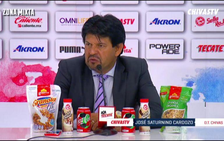 La imagen de José Saturnino Cardozo con tantos productos frente a él, dio mucho de qué hablar en redes sociales y pegó directamente en su imagen. FACEBOOK / Chivas TV