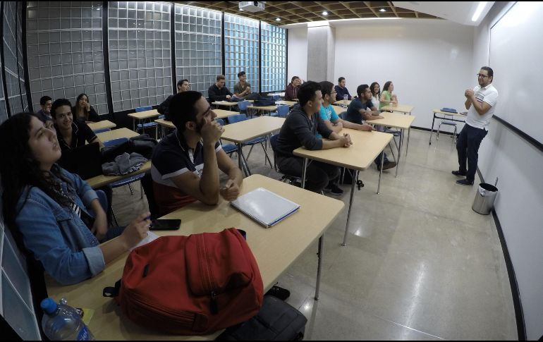 Mexicanos invierten hasta 252 mil pesos en estudios universitarios