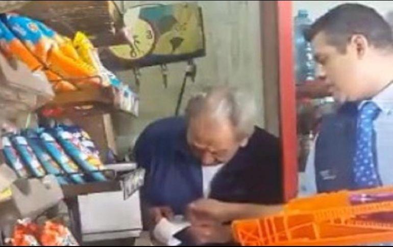 Este martes se hizo viral una grabación en donde se puede ver cómo el individuo se guarda algunos paquetes del producto en su chaleco. ESPECIAL